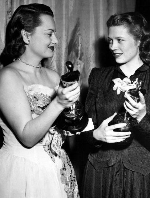 [En la foto, De Havilland con Cathy O'Donnell]