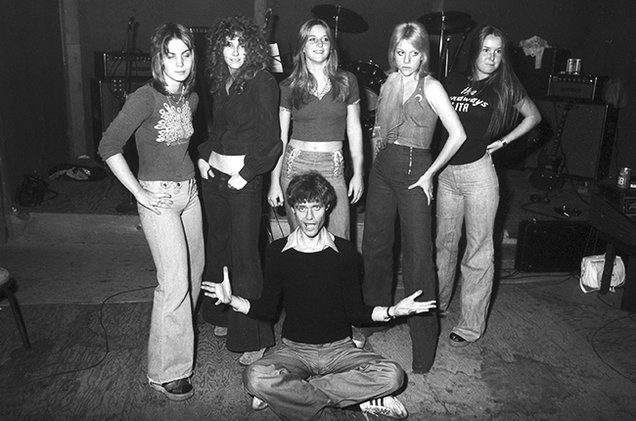 kim-fowley-with-the-runaways-1975-joan-jett-cherie-curie-lita-ford