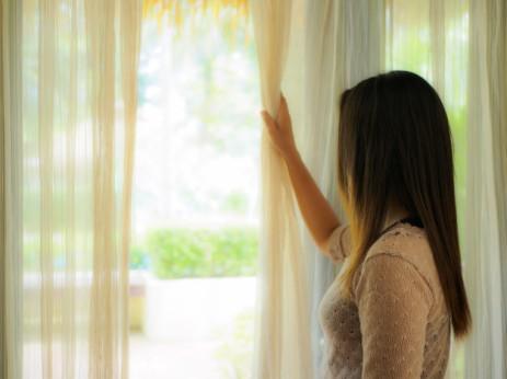 mujer-mirando-por-una-ventana_mylastsin.com