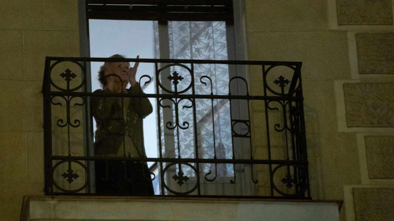 Madrileños agradecen a los sanitarios su labor con aplausos desde las ventanas